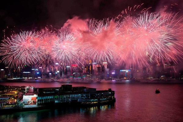 喜为祖国庆生 香港维港举行大型烟花汇演