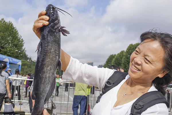 贵阳:市民排队购买野生鱼