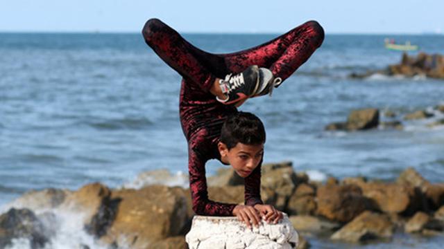 巴勒斯坦男孩身体柔软 神技能令人惊叹
