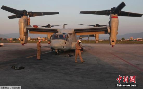 两美军鱼鹰机紧急着陆日民众抗议 一架将起飞