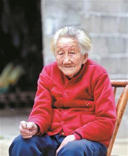 老太105岁高龄:我还可以自己穿针 缝一缝衣扣