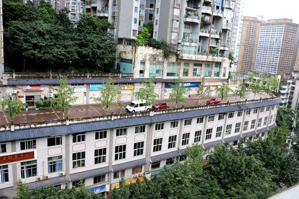 """重庆汽车屋顶跑 """"房顶公路""""再现山城"""