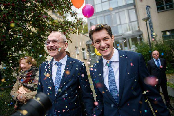 德国同性婚姻法案生效 多对同性伴侣登记步入婚姻