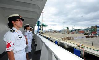 海军和平方舟医院船首访加蓬