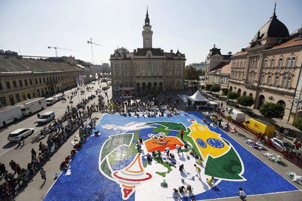 塞尔维亚全球最大瓶盖马赛克图案 有望破吉尼斯纪录