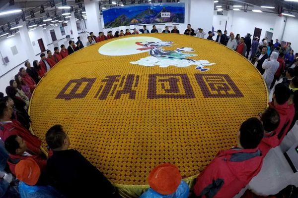 """8150枚彩色月饼打造巨无霸""""嫦娥奔月""""震撼亮相"""