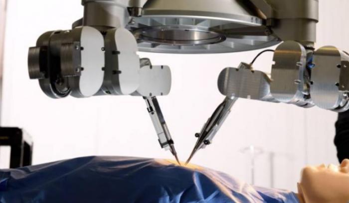荷兰外科医生完成由机器人辅助的超微外科手术