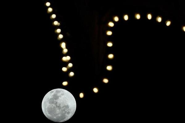 """中秋之夜 """"明月项链""""现身天空"""