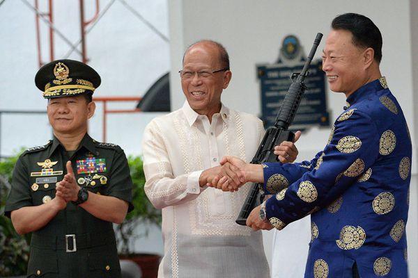 中国向菲律宾援助反恐用武器装备