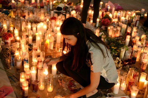 美国民众点烛悼念赌城枪击案遇难者