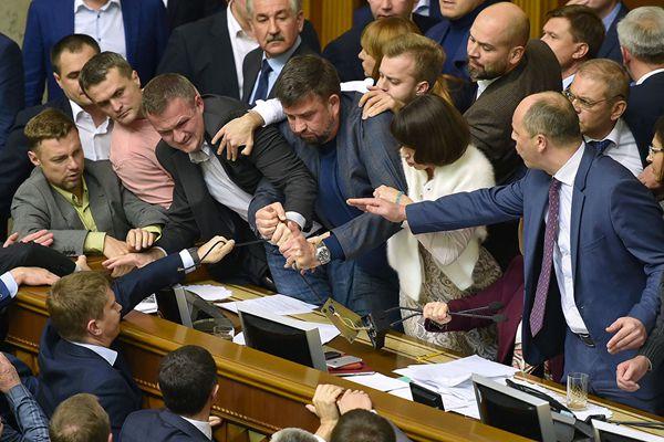 乌克兰国会议员会上发生争执 打成一团