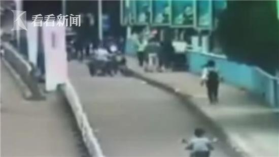 2岁幼童被栏杆卡住脑袋 警察解救发现是自己的孩子