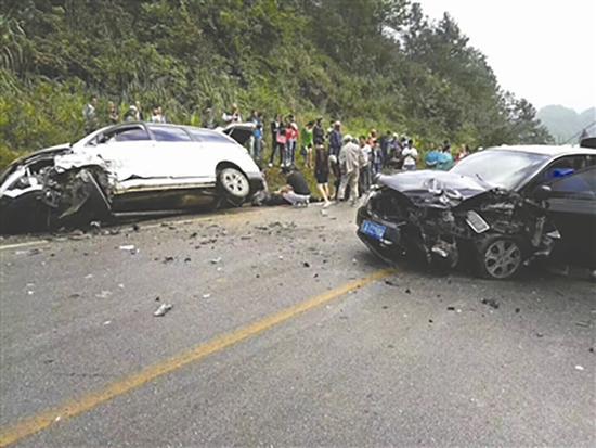 7名医护人员自驾游途中遇车祸现场 展开紧急救援