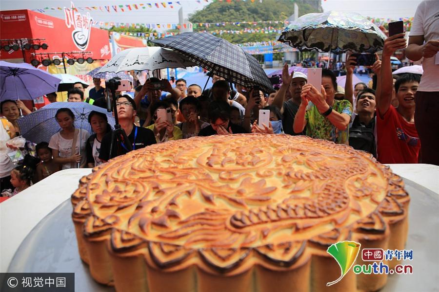 """广西柳州60斤重""""螺蛳粉月饼""""以臭闻名引围观"""