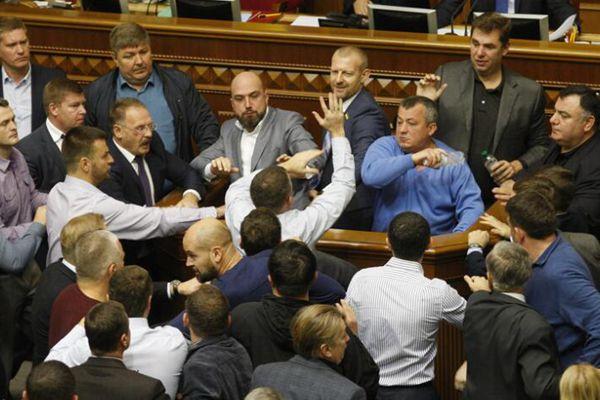 乌克兰议会再变战场 议员一言不合大打出手