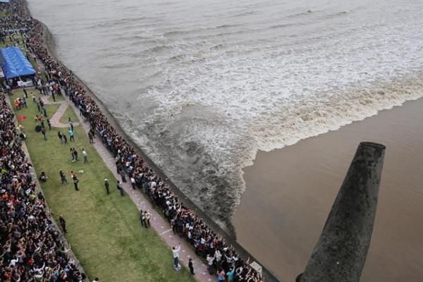 钱塘江大潮日:十万游客观大潮