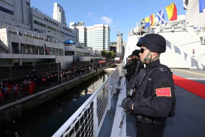 中国海军少将在伦敦这张合影,真希望邓世昌能看得到!