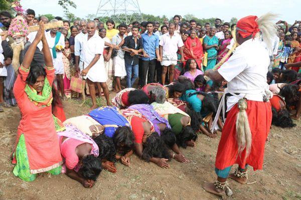 印度2000名女性列队跪受鞭子抽打 号称祛魔除病