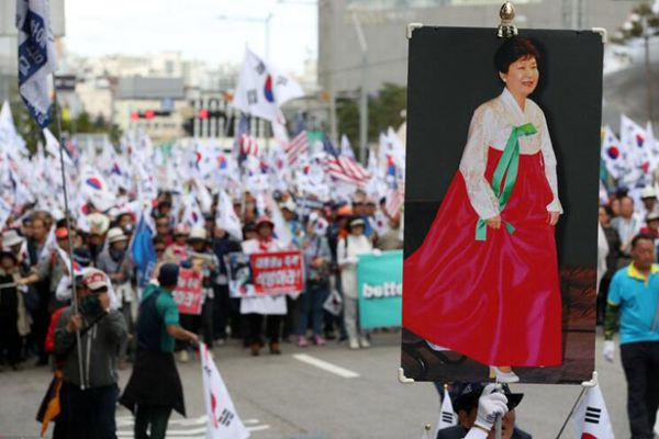 """朴槿惠""""死忠粉""""街头示威 要求释放朴槿惠"""