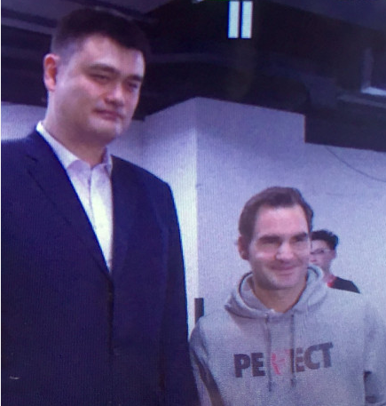 最萌身高差又出现了!姚明与费德勒微笑同框合影