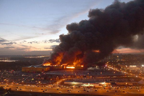 莫斯科郊外一市场发生火灾  浓烟直冲云霄过火面积达5.5万平