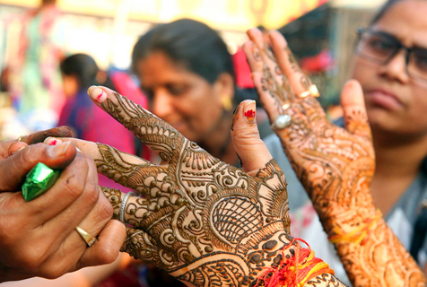 印度妇女迎女人节 绘制海娜纹饰