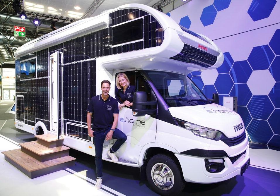 布满太阳能电池板 德国推纯电动野外露营房车