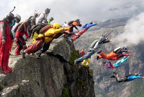 22名爱好者集体跳伞形成人体瀑布