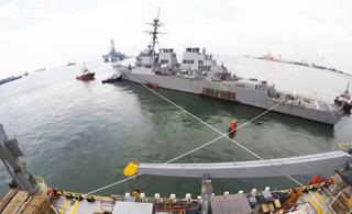 美军动用半潜船将被撞毁驱逐舰运回日本修理