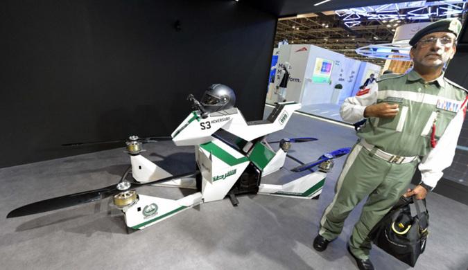 迪拜警方展示飞行摩托车 可携带一名警察