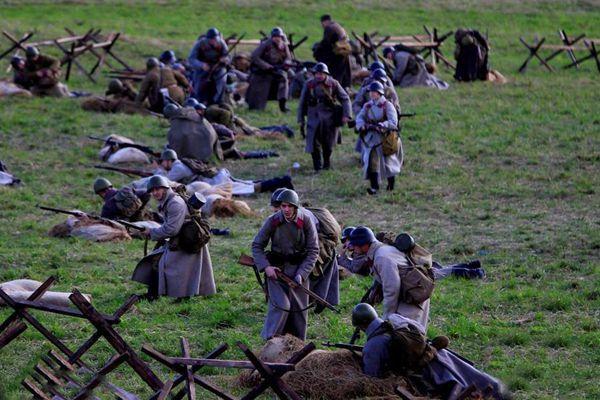 俄罗斯民众重现莫斯科保卫战场面激烈