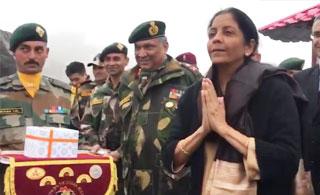 """印度女防长与中国边防军互动 用""""合十礼""""问候"""