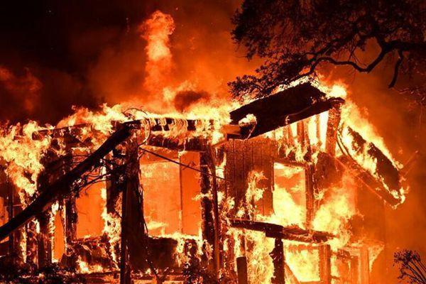 美国纳帕遭遇大火 车辆房屋被大火吞噬