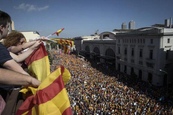 巴塞罗那爆发反独立大游行 35万民众大游行