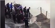 十堰男子翻越壶口瀑布护栏坠落