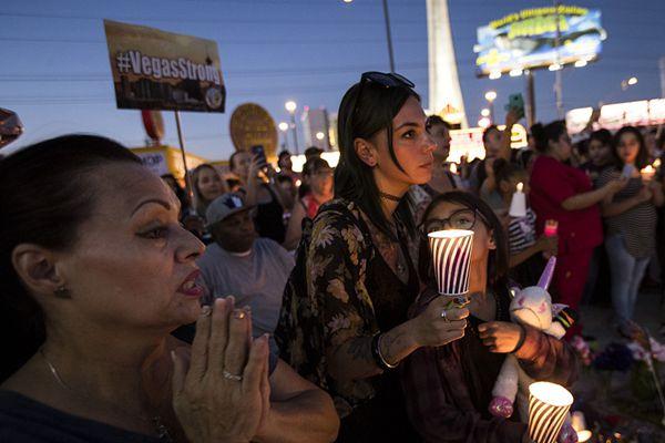 美民众烛光守夜 纪念拉斯维加斯枪击案