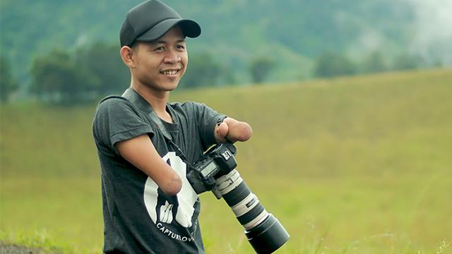 他天生没有手和脚,却成为一名出色的摄影师!