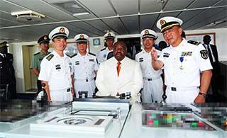 加蓬总统登上和平方舟医院船