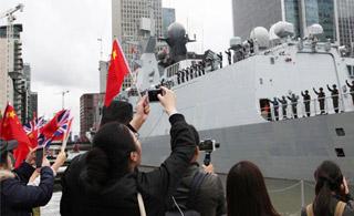 中国军舰驶离伦敦码头 全场高呼祖国万岁