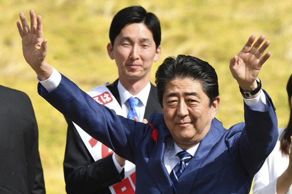 日本首相安倍为众院选举卖力拉票 振臂高呼信心十足
