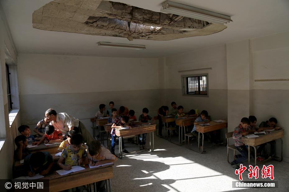 也门学校遭空袭破败不堪 学生坚持上课
