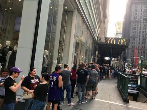 中国侨网纽约曼哈顿地区一家供应四川辣酱的麦当劳门店前大排长龙。(美国《世界日报》)