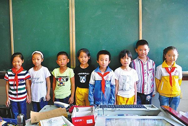 """四川一小学一个班有4对""""孪生子"""" 只能分开坐区分"""