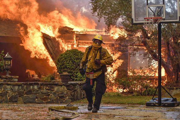 美国加州阿纳海姆山林火灾 民众紧急逃离现场