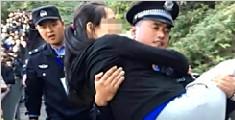 """孕妇爬山突感不适 警察""""公主抱""""护送下山"""