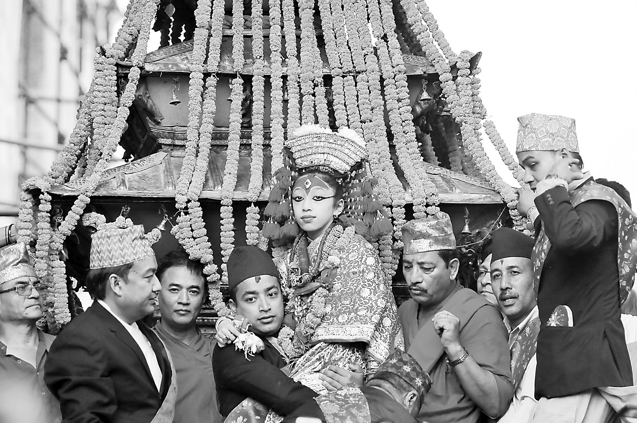 """尼泊尔12岁的退休""""活女神""""正式走进学校"""