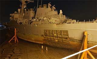 麦凯恩号撞击后船体打大补丁