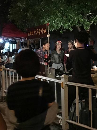 网曝谢霆锋阿娇现身扬州拍摄街头吃炒饭