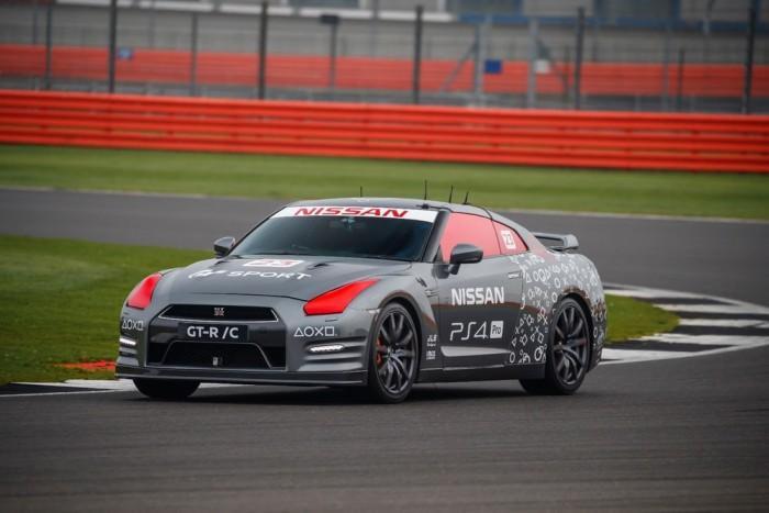 英国赛车手用PS4手柄遥控无人驾驶GT-R赛车