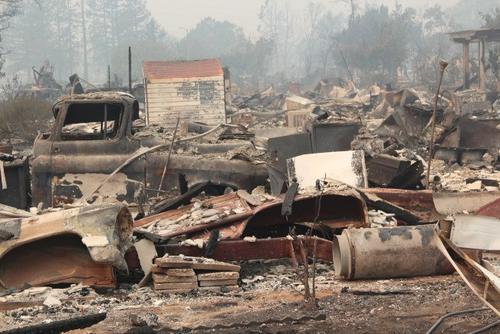 中国侨网圣塔罗沙的Coffey Park小区已经烧成一片废墟。(美国《世界日报》/李晗 摄)